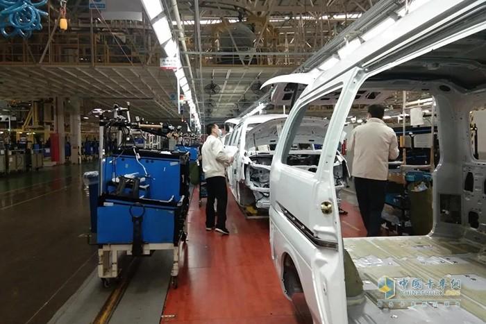 """生产线上的每位员工都干劲十足,为生产出一台台高质量的柳汽""""战车""""而忙碌着"""