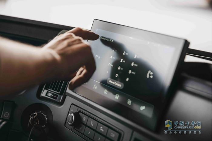 全新沃尔沃FM系列可选装9英寸侧显示屏,提供信息娱乐、导航协助、运输信息和摄像头监控画面