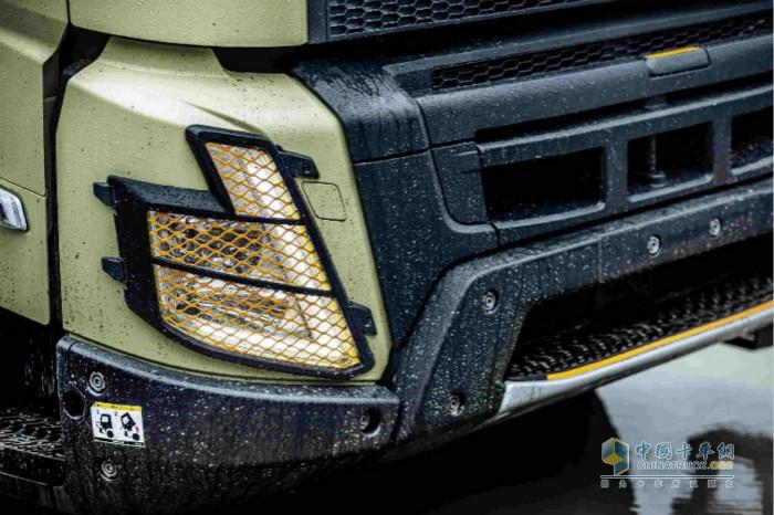驾驶室的创新之处包括使用易于更换且由坚固部件构成的前脸、前大灯护罩和新V形LED前大灯