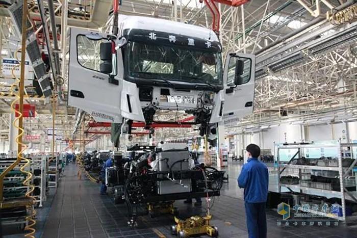 图为北奔重汽总装公司全面复工生产