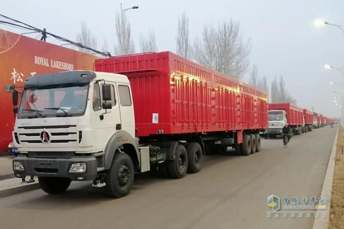 图为发往蒙古国的北奔重卡