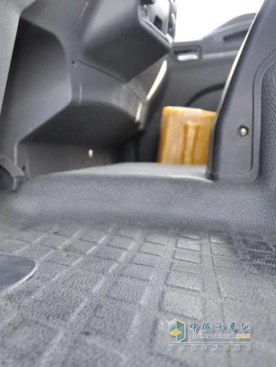 德龙L3000 4×2载货车驾驶室采用平地板