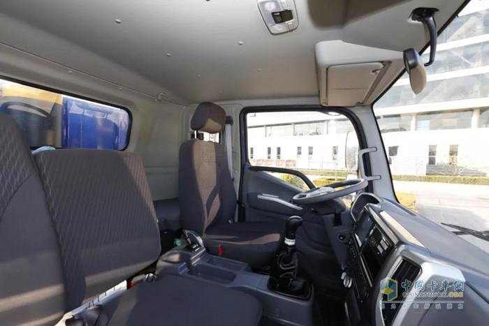 福田瑞沃ES3 6x2三轴工程车采用最新的龙骨式框架结构