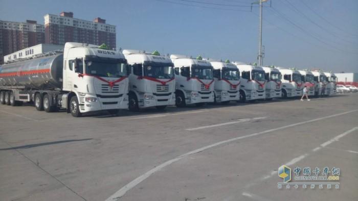 河南石化运输有限公司的联合卡车危化品运输车