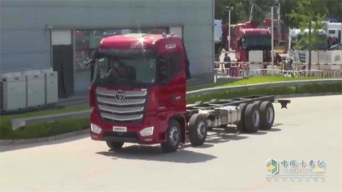 福田欧曼自动挡气囊版四轴载货车