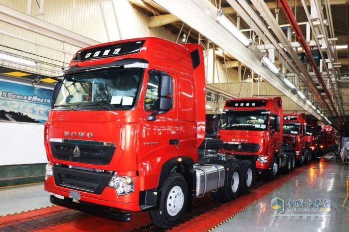 中国重汽生产线上,车辆正在进行质检