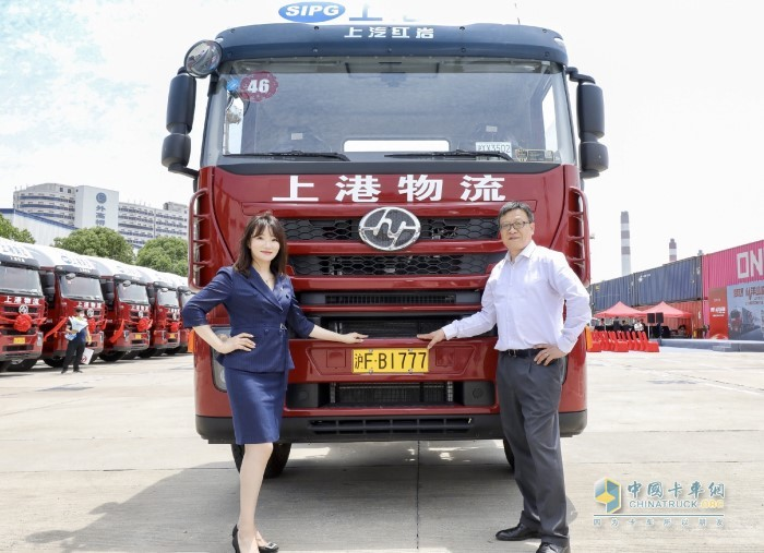 上海华星鸿和汽车销售服务有限公司总经理於海燕(左)是此次大单的经销商