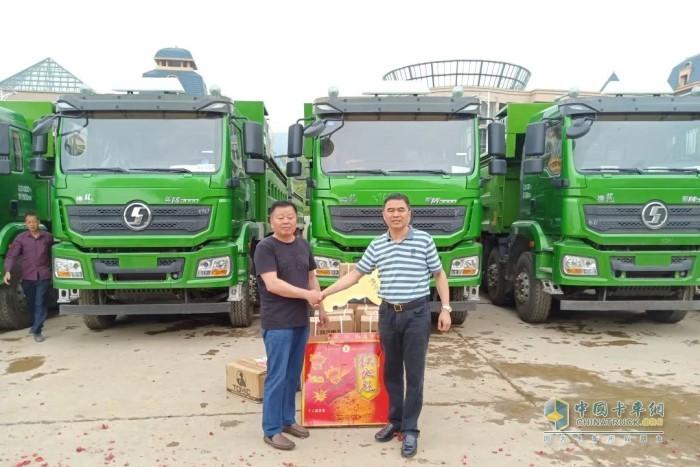 15台陕汽德龙新M30008×4城建渣土车交付仪式