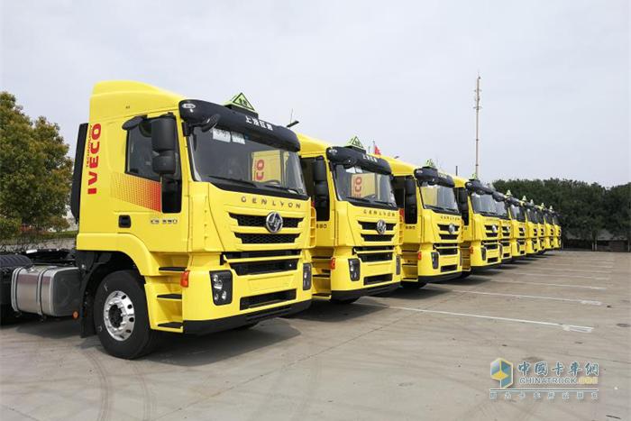红岩危化品运输车批量交付上海交运