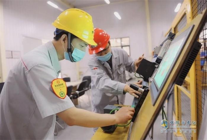 技术人员正利用PLC可编程控制器