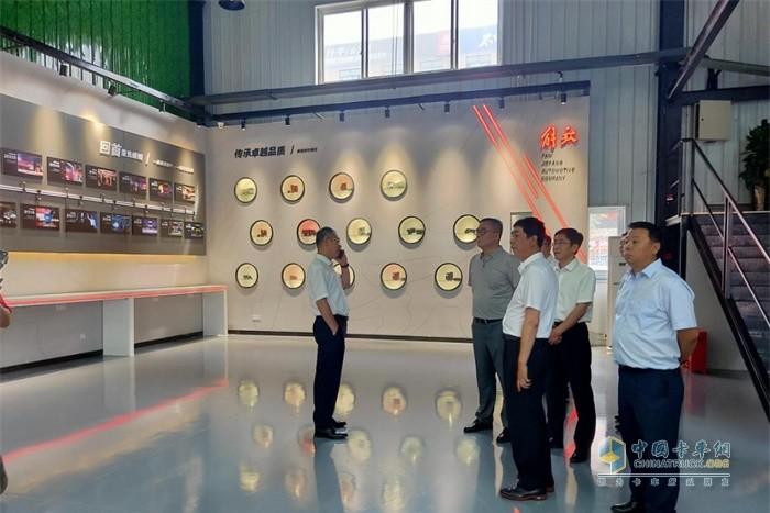 领导们参观解放展示墙