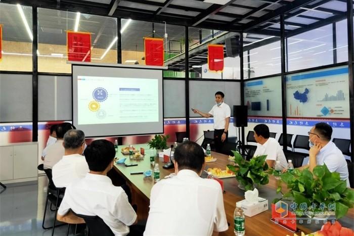 卡车司机之家负责人王洪禹向领导们汇报运营情况
