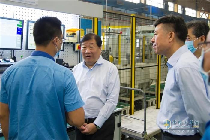 谭旭光来到法士特高新厂区联合车间S变速器生产线