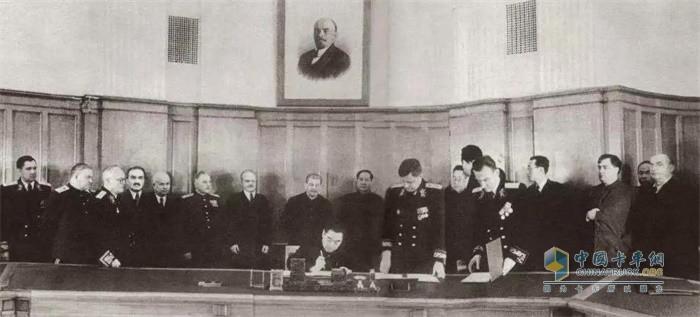 周恩来总理与苏联外交部维辛斯基部长签订《中苏友好同盟互助条约》