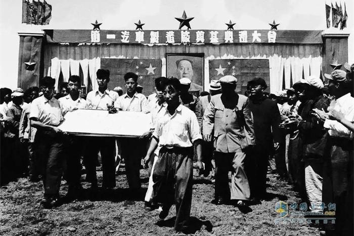 李岚清等六名党员抬着刻有毛泽东主席题词的基石进入一汽奠基会场