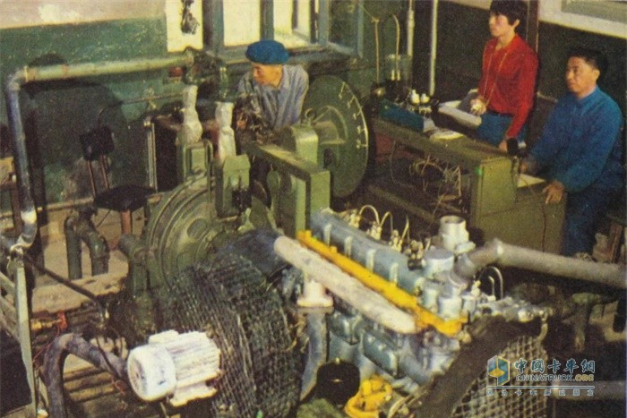 发动机试验人员在进行发动机台架试验,测试发动机性能
