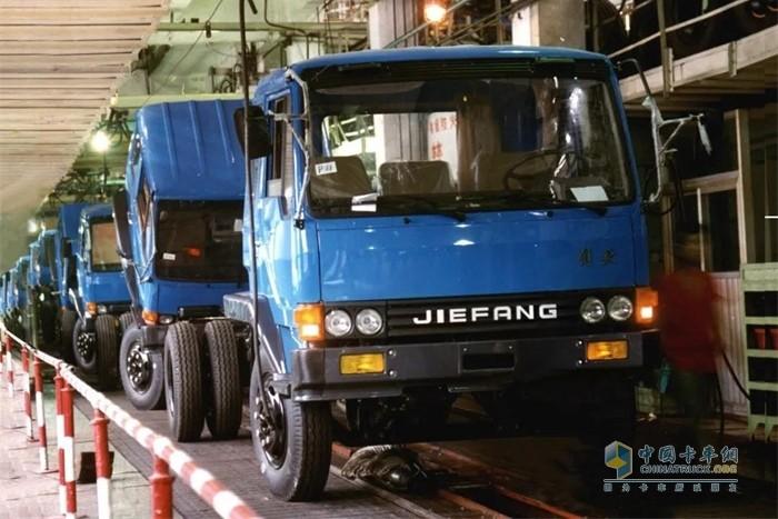 解放第三代产品车型外观由长头转平头,动力由汽油转为了柴油