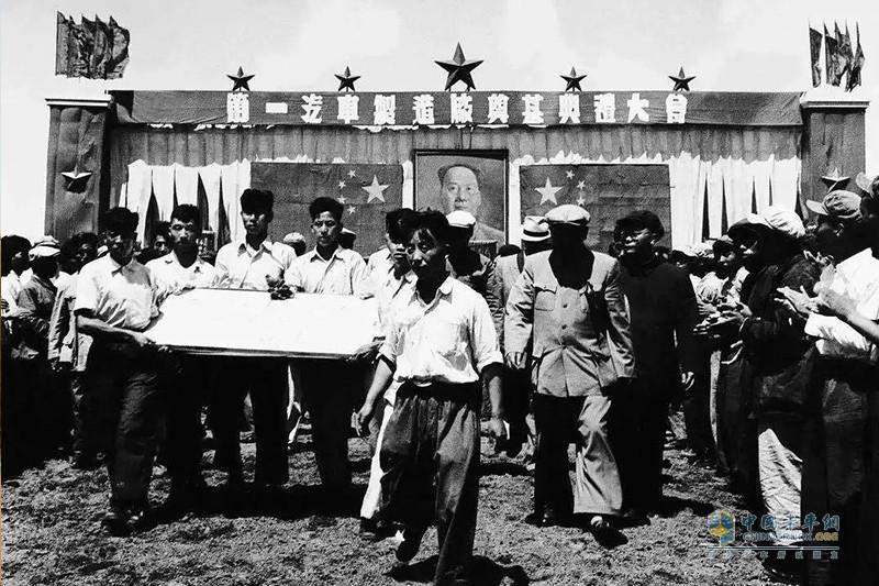 1953年7月15日,我国第一座汽车厂——第一汽车制造厂在吉林省长春市奠基,研发条件才大幅改善。