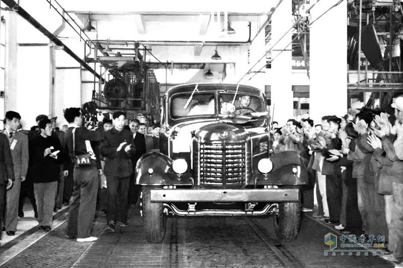 1956年7月13日,由毛主席亲自命名的新中国第一辆汽车——解放CA10型载货车成功下线。