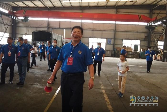 郑州丰康汽配销售有限公司康董事长刘瑞丰先生笑得很很灿烂