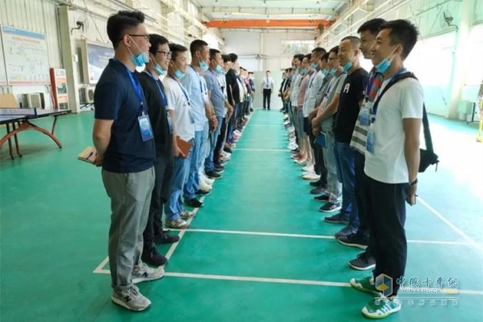 陕重汽销售公司销售部经理兼载货车项目经理杜岳峰对本次培训致辞,提振信心