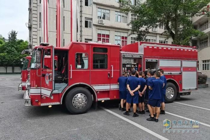 豪士科顺利完成对重庆地区5辆城市主战消防车的交付及车辆培训工作