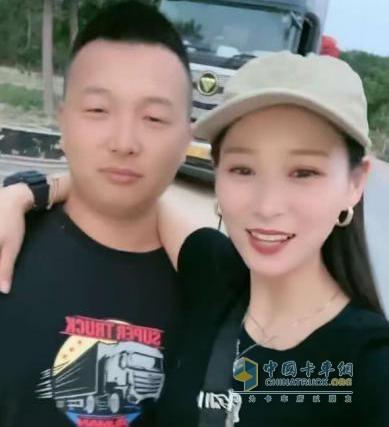范师傅和妻子与欧曼合影