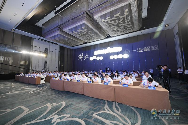 解放J6砂石款作为行业内首款针对砂石运输的专属产品,产品尽显解放品牌与技术创新实力。