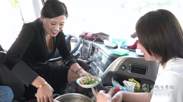 霸道卡姐在乘龙H7 3.0宽敞舒适的驾驶室空间内一展温柔贤惠,在规定时间内完成了美味可口的两菜一汤