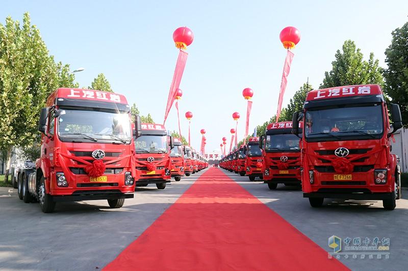 2020年9月3日,上汽红岩总经理楼建平亲自带领团队,为德顺物流交付百台红岩中的首批30台红岩杰卡集装箱牵引车