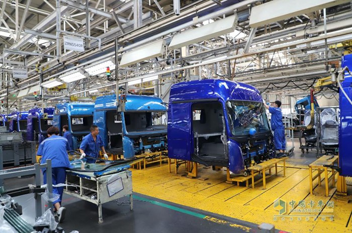 欧曼智能制造工厂员工进行作业