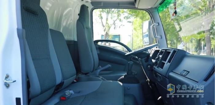 庆铃五十铃KV100冷藏车空间宽敞,座椅采用人体工程学设计