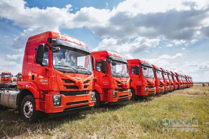 红岩杰卡集装箱牵引车批量交付内蒙古锡林郭勒客户