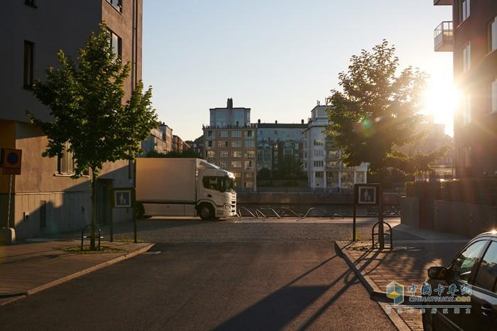 行驶在街道中的斯堪尼亚纯电动卡车