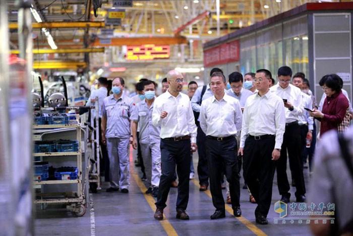 各位领导进入东风商用车车辆工厂进行参观