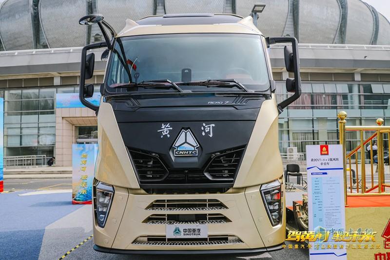 """新一代""""黄河""""重卡,主打高端干线物流牵引车市场,产品凭借兼具速度和力量的霸气外形、行业首屈一指的超低风阻特性"""