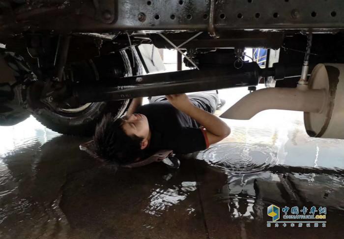 骏铃售后服务人员在洪灾时为用户抢修车辆
