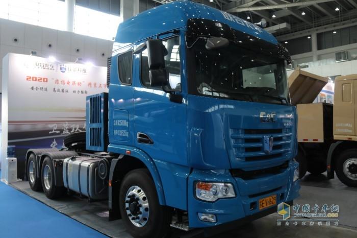 联合卡车油电混合动力重卡为6×4牵引车