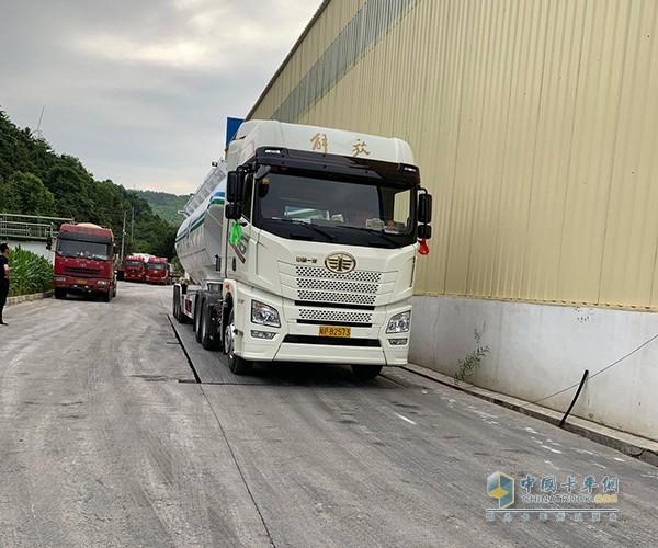 一汽解放青汽JH6定义车散装水泥运输车