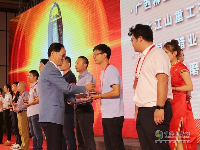 中集车辆代表(右二)从文化部原副部长潘震宙手上捧回金奖奖杯