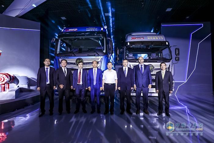 与会嘉宾与欧曼超级卡车3.0合影