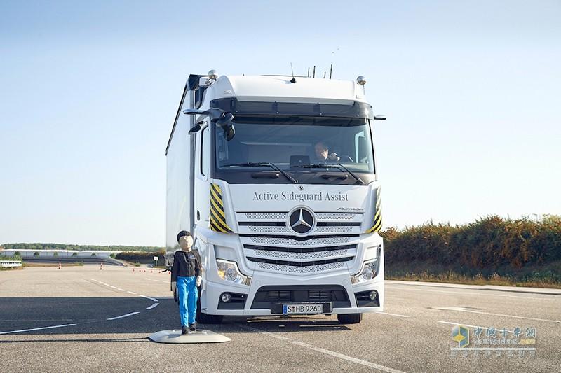 """2020年9月23日,戴姆勒于德国沃尔特梅赛德斯-奔驰卡车工厂举办""""塑造运输的当下与未来""""发布会,集中展示旗下梅赛德斯-奔驰卡车创新的产品、技术和解决方案,致力于不断为客户带来助益。"""