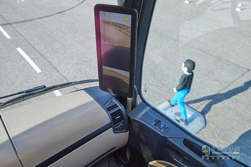 通过车辆转向角度,主动式车侧区域保护辅助系统能够判断制动操作的必要性,尽量降低可能发生碰撞的风险