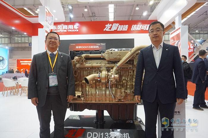 东风商用车动力总成事业部总经理杨鹏以及东风商用车技术中心副中心长陈小迅