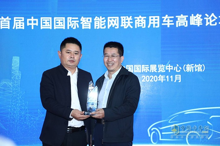 北京物流商会秘书长王秀全为江淮轻卡企业代表颁奖