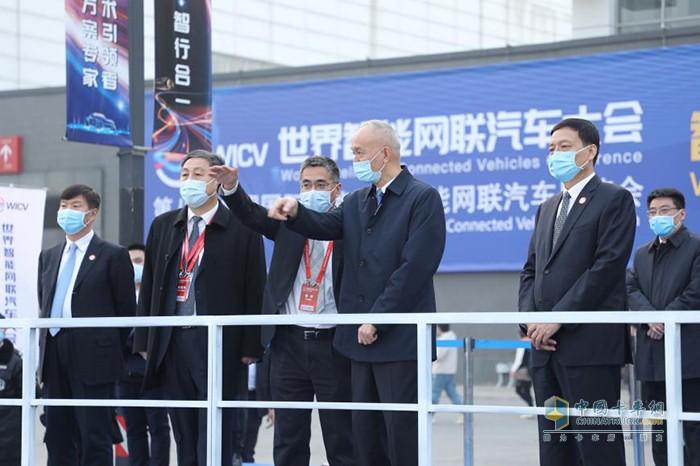 中央政治局委员、北京市委书记蔡奇等与会嘉宾现场观摩自动驾驶演示