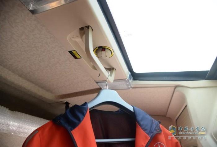 大运V9车型可翻转隐藏式晾衣杆