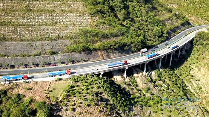 车队经过昆磨高速大风垭口处的27公里长下坡