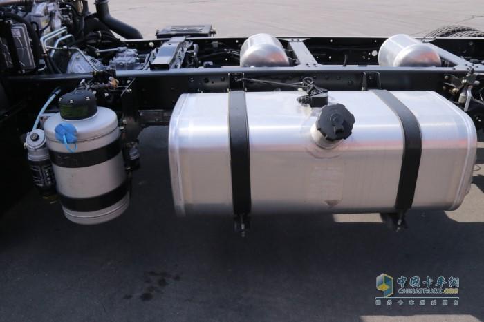 解放J6F配备200升油箱