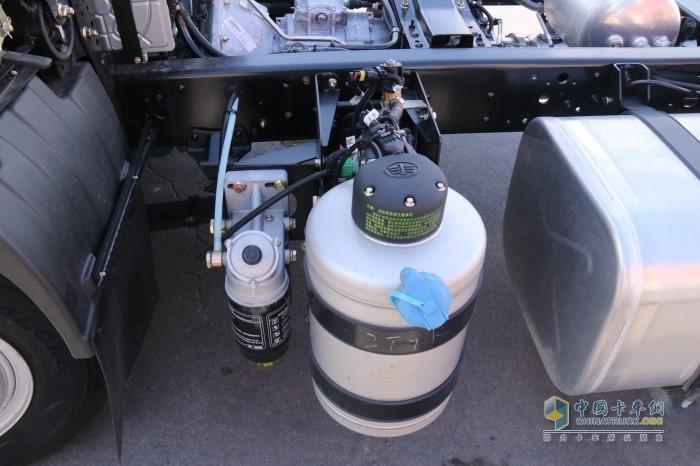 解放J6F配备解放自主专利技术的气驱尿素罐
